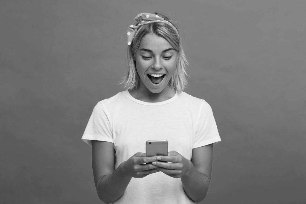 Influencerin freut sich über die guten Social Media Vorlagen
