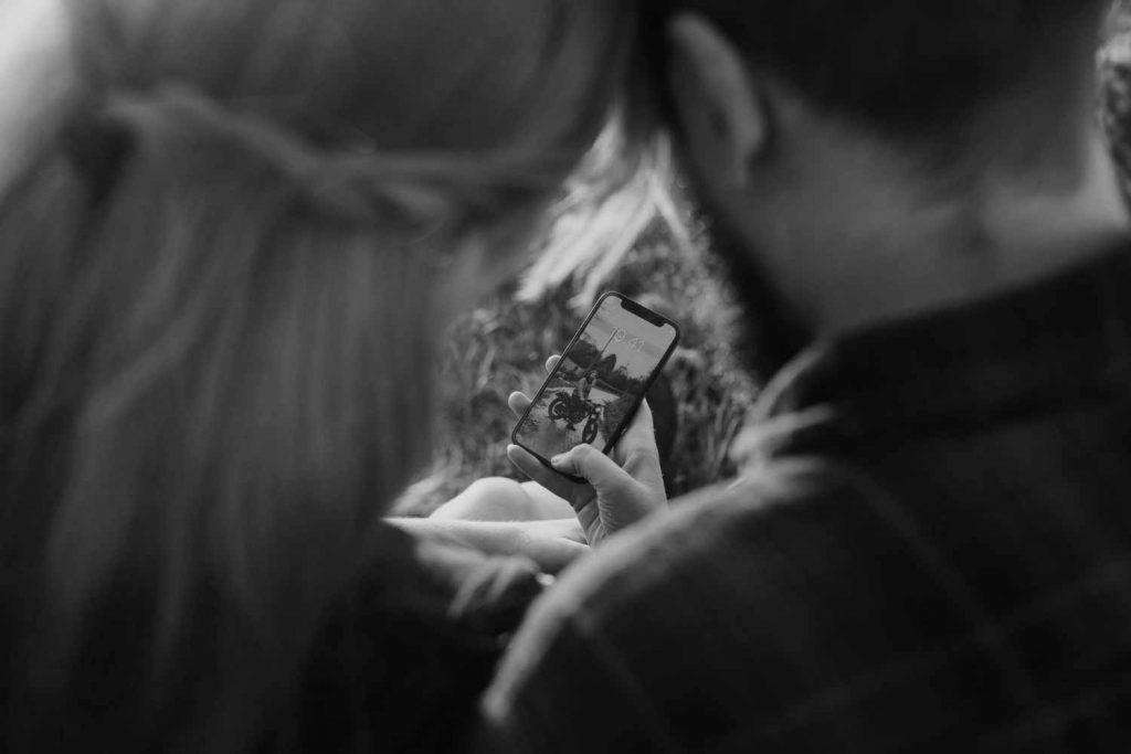 Zwei Freunde betrachten den Social Media Content einer Marke und ihre Ideen für Instagram