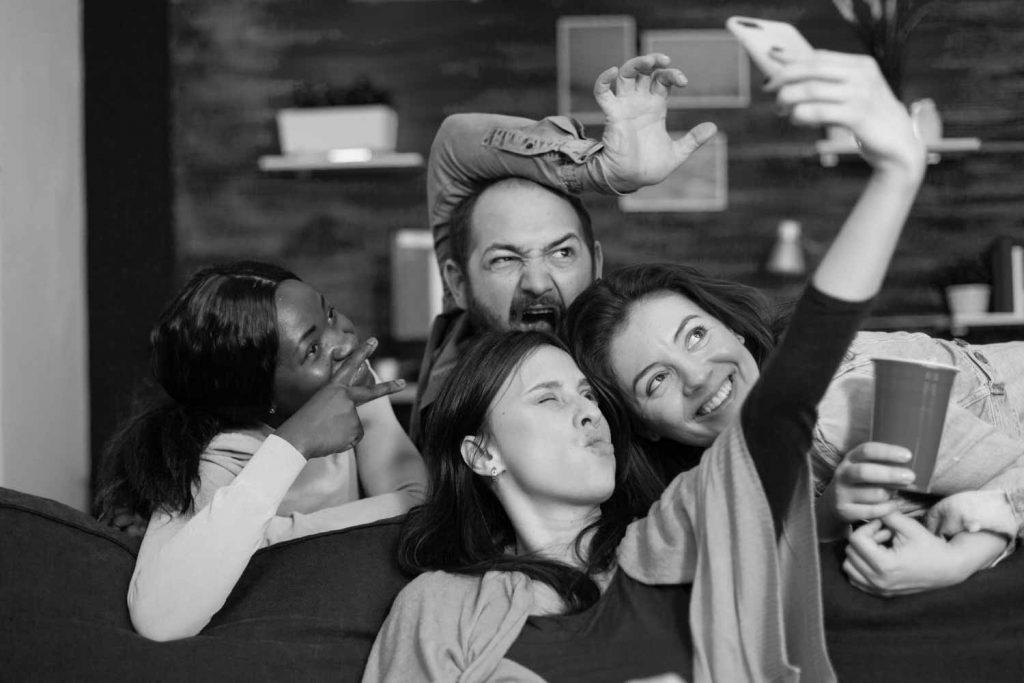 Selfie mit Grimassen: Auch spontane Instagram Content Ideen finden Ihren Platz im Plan